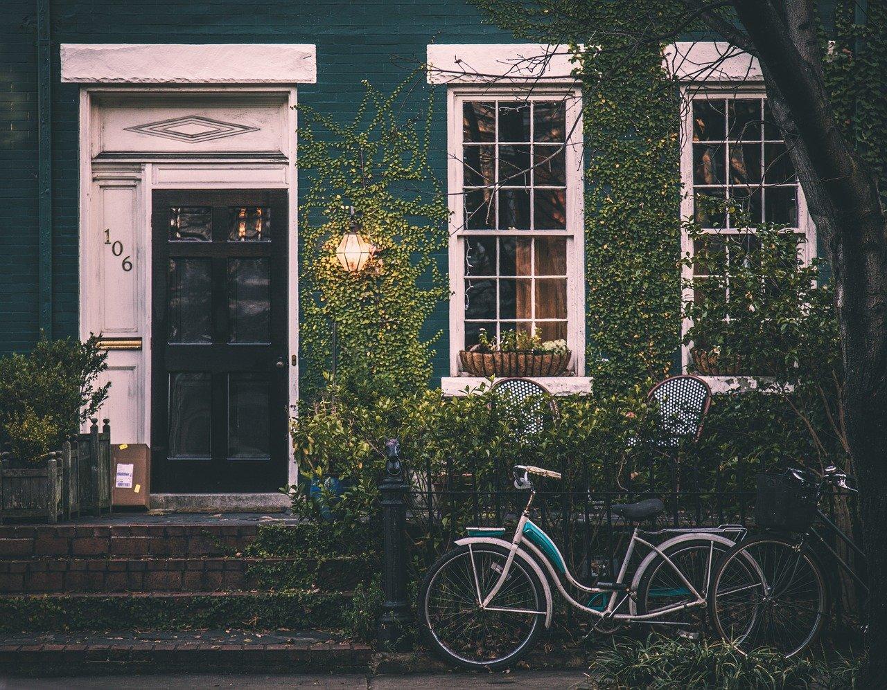 coût maison clé en main, maison avec lierre